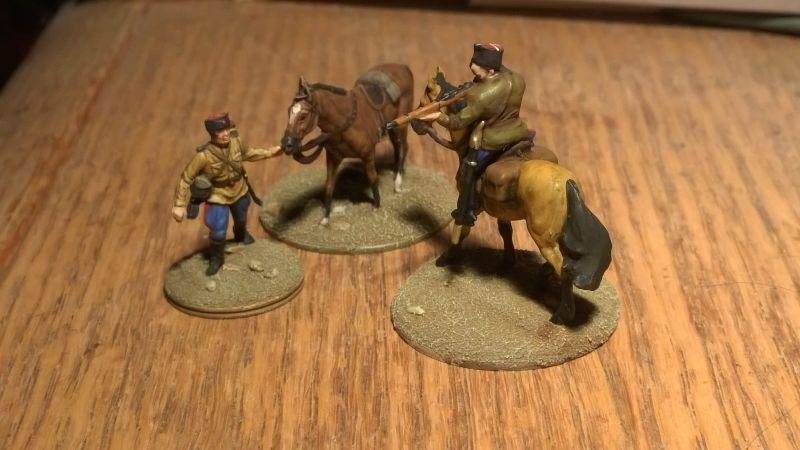 Ein Kosake mit Waffe im Anschlag aus dem Set Revell 02514 sowjetische Kosaken im WWII - und ein Infanterist mit seinem Pferd aus dem Set Esci Set 203 Russian Soldiers