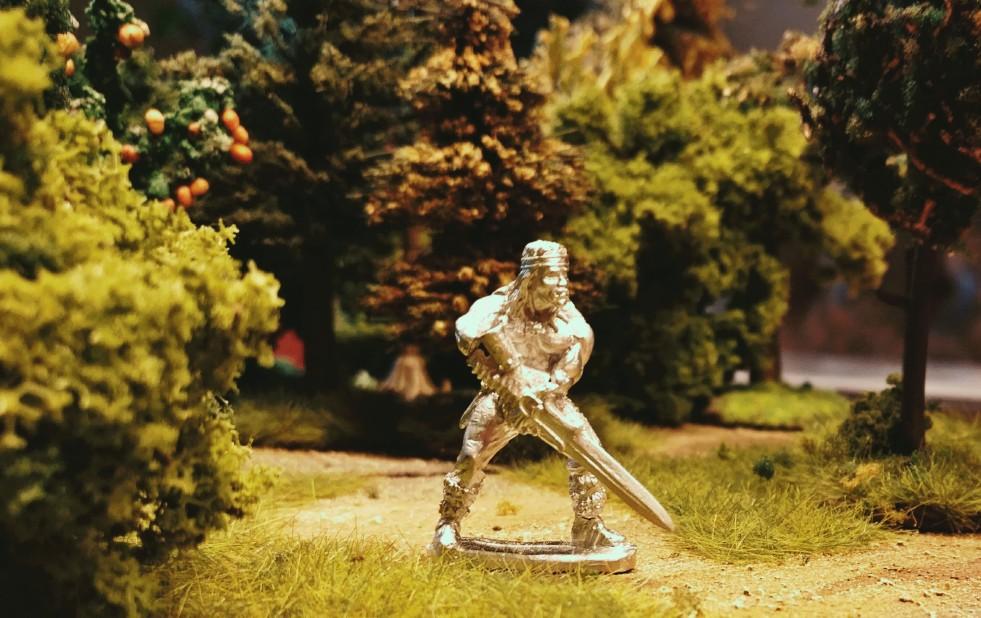 """Auch hier sehen wir """"Conan der Barbar"""" alias Arnold Schwarzenegger im Wald. Ebenfalls von Elladan."""