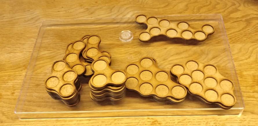Mein Loot an Laser Cut MDF Movement-Trays von der Crisis. Ich habe drei verschieden geformte 10er-Trays erstanden. Dazu 3er- und 4er-Trays für Weapon Teams.