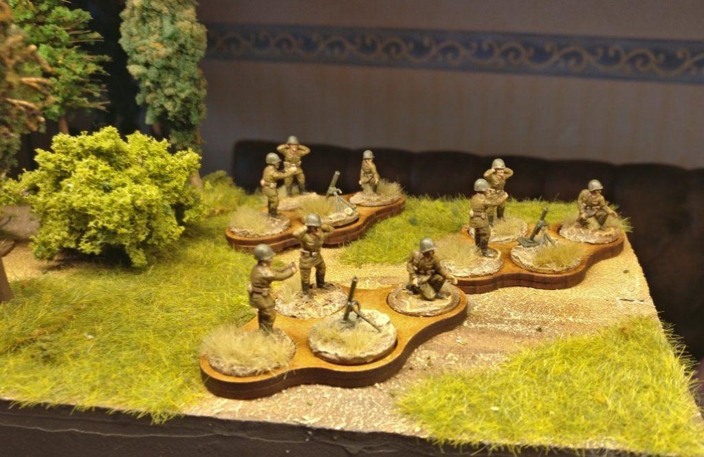 Und auf dem Spielfeld:  die 4er-Laser Cut MDF Movement-Trays von der Crisis im Einsatz bei der Roten Armee mit 82-mm-Granatwerfer BM-37.