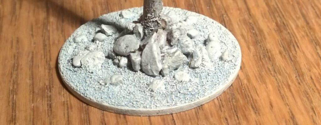 Letztlich wurde es aber doch ein kleiner Steinhaufen, der den Pfahl hält.