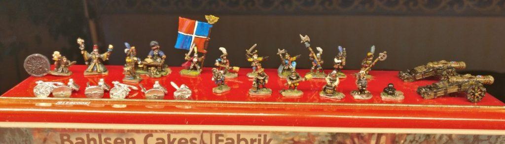 Lot #14: Dies sind kleinere Figuren unbekannter Provenienz. Es sieht nach 10mm-Figuren aus.