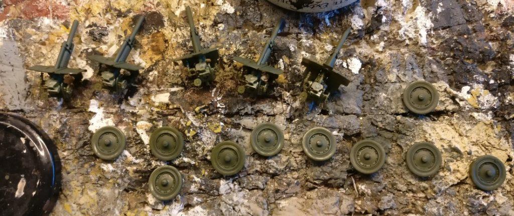 Die 76mm-Geschütze und Räder liegen bereit zum Grundieren.