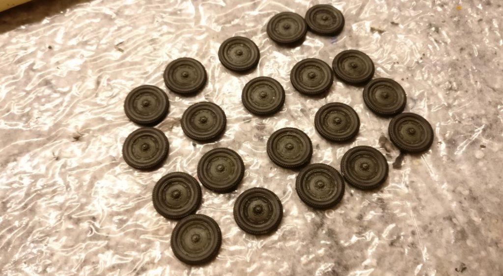 Jetzt wurden an den Rädern die Reifen schwarz bemalt.