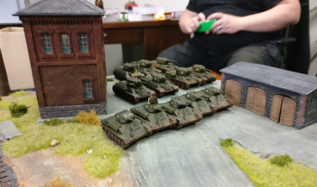 """Hier in der Ecke des Spielfelds hat man noch einen Zug T-70 hinzubekommen. Die Truppe steht genau gegenüber der Maschinenhalle von """"Roter Oktober""""."""