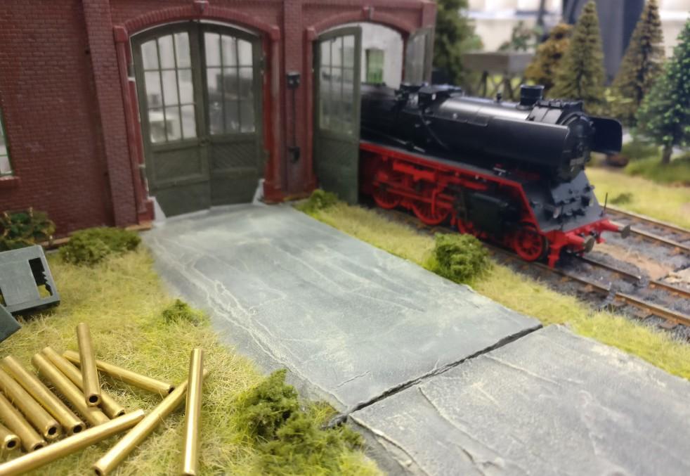 Die Streckenlok rangiert hier auch gleich die Güterwaggons in die Werkshalle.