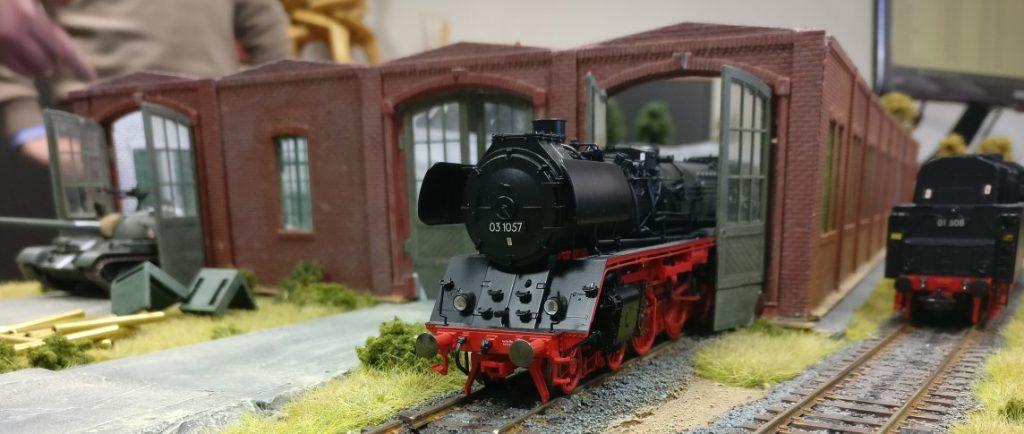 Und noch einer. Die Dampflok der Baureihe 03 1057 biedert sich hier entgegen aller Dinstvorschriften für Gütertransporte an. Sie ist eigentlich eine Personenzuglokomotive, versieht hier aber einfachen Rangierdienst im Güterverkehr.