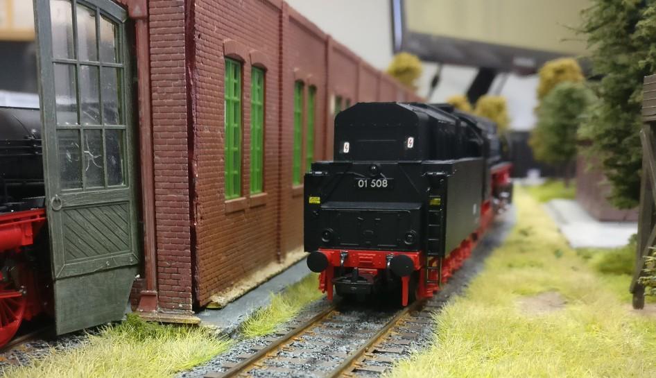 Die Dampflok der Baureihe 01 508  auf dem Abstellgleis ist schließlich eine Rekolok und per Zeitsprung hier eingetrudelt.