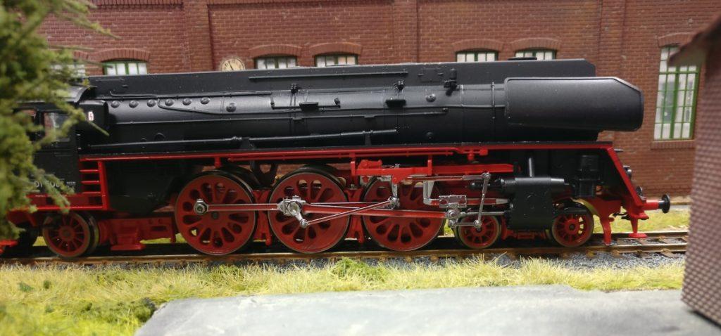 Hier steht sie, die Dampflok der Baureihe 01 508. Von der Seite wirkt sie noch wuchtiger.