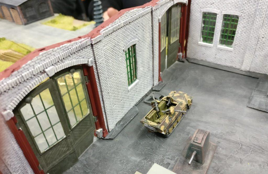 """In der Werkshalle finden sich nur zwei Sd.Kfz. 251 mit Flammenwerfern. Das Regelwerk """"Geile Scheisse"""" gibt ihnen durchaus gute Chancen, mit einem Angriff mehrere Panzer auf einmal lahmzulegen."""
