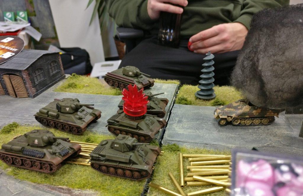 Vor  der Werkshalle kommt es zum Gefecht. Die Hanomag-Halbkette mit ihrem Flammenwerfer greift die Horde T-70 an. Diese liegen auch voll im Flammenkegel, doch die Würfel versagen ihren Dienst... Ärgerlich. Und: tödlich.