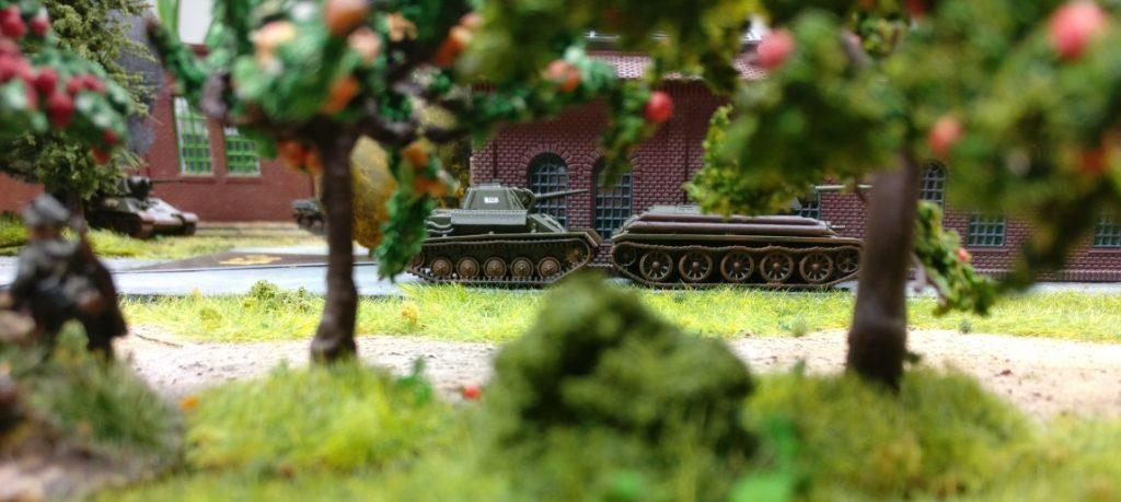 Inzwischen haben sich russiche Kampfpanzer weit nach vorne geschoben, Sie sind jetzt im Feuerbereich der Panzerschrecks. (Links vorne im Bild)