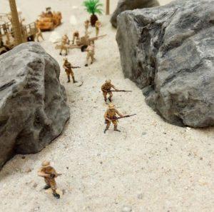 Vorstoß zwischen Felsen hindurch. Die Jungs vom Wargaming-Club Niederrhein in Action.