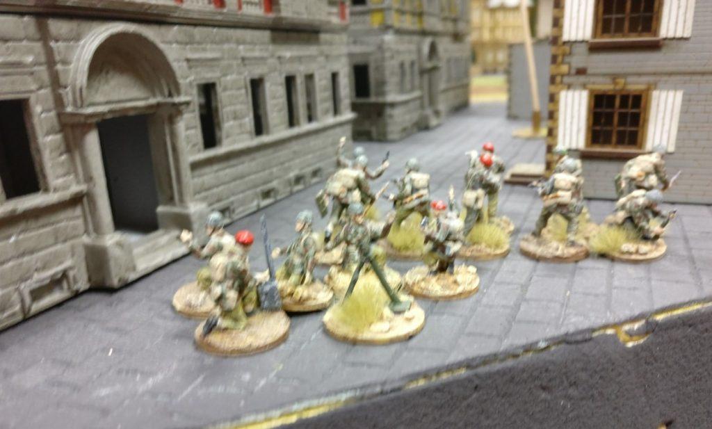 Hnter dem Stadthaus in Eisenstadt-Schwarzenau sind Paratroopers mit Granatwerfern in Stellung gegangen.
