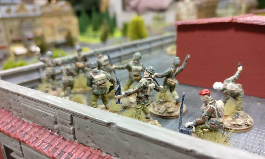 Das Dach des Stadthauses ist ebenfalls von britischen Paratroopers besetzt.