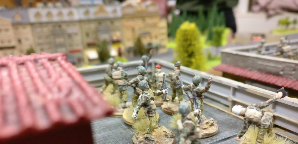 Mehrere Trupps Paratroopers haben das Dach erklommen.