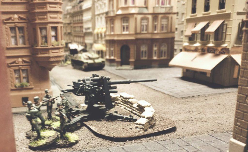Hier die berühmte Acht-Acht, die zwei der drei schweren Bomberangriffe abwehrte und den britischen Panzer auf der Kanalbrücke mit indirektem Feuer zerstörte.