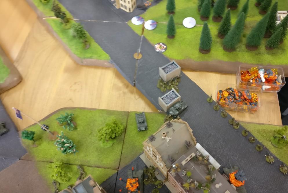 Nachdem der Nebel ausgebracht wurde, können die britischen Truppen sorglos die Kanalbrücke überqueren.