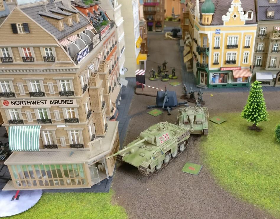 Panther und StuG III sind permanent in Feuerbereitschaft. Die Macht des ersten Schusses ist enorm.