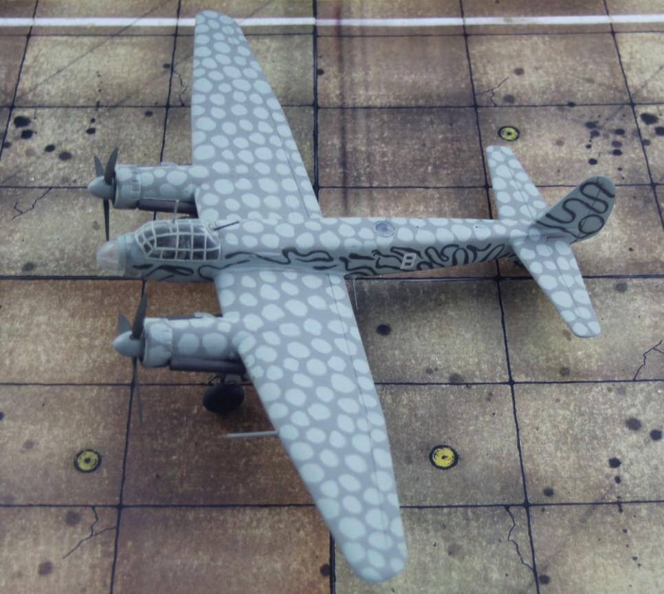 Mühseliges Unterfangen: Die hellen Flecken mussten vor dem Spritzen mit Patafix abgeklebt werden. (Modell: die Ju 88 S-3 vom AMtech 72903)