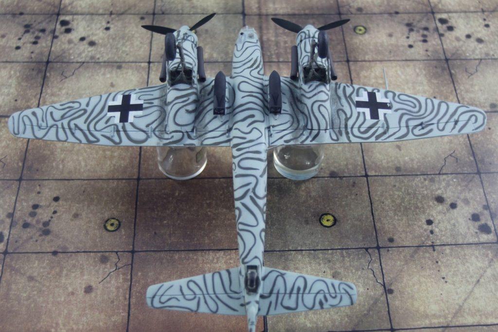 Noch ein Geduldsspiel: Die Unterseiten spritze ich erst grün, dann maskierte ich mit Patafix-Schlangen, darüber spritzte ich Lichtblau.  (Modell: die Ju 88 S-3 vom AMtech 72903)