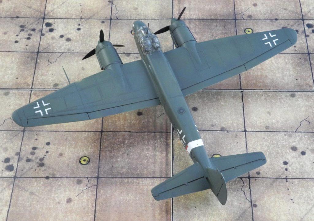 Das Ju 88-Modell trägt die normale Bombertarnung in Dunkelgrün und Schwarzgrün sowie leichte Verschmutzungsspuren. (Modell: Ju 88 C-6 von Italeri 022)