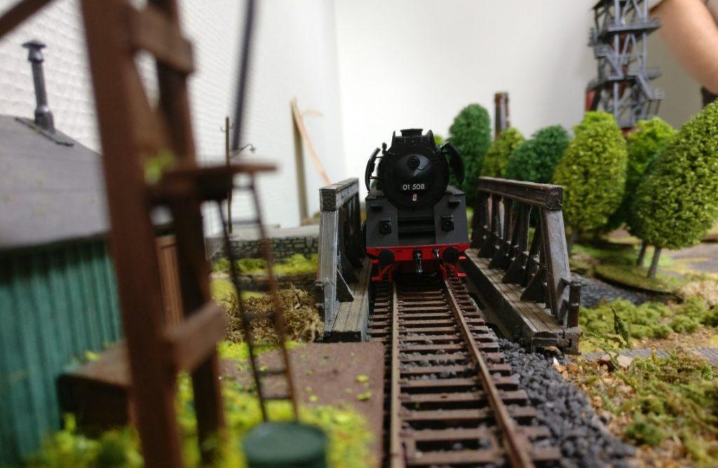 Der Transportzug mit Nachschub auf der Eisenbahnbrücke. Die stilechte Dampflokomotive der Baureihe 01 508 (Hersteller Piko) stellte unser General und Modellbahnfan Timo bereit.