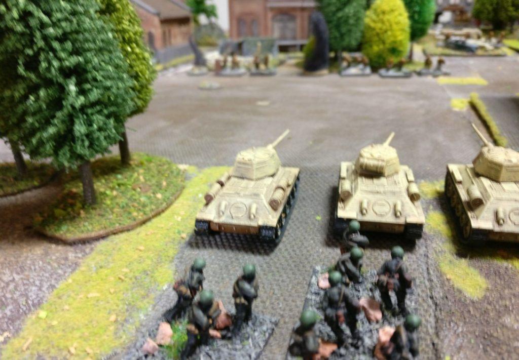 Auf der Jagd nach dem grünen Alkohol (oder Diamanten?) die Truppen des Generals WCT sind hier auf dem Vormarsch. Die T-34 dürften wieder als Raw-Ausführung gespielt worden sein. So kann man einen T-34 mehr aufstellen. Ich habe mir dann sagen lassen, dass dies in diesem Szenario keinen sooo großen Unterschied macht, ob die Panzertruppen Raw oder Average sind.