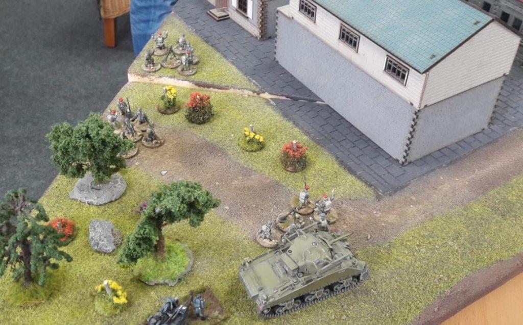 Kleiner Blick in die Zukunft: etwas zurückgezogen hat Dominic Artillerie und Granatwerfer staioniert. Florian und Lucas sollten die Biester zu spüren kriegen.