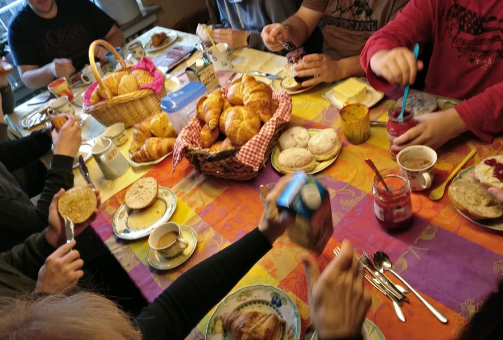 Sonntag morgen jibbet ordentlich Frühstück. 10 Mann hoch sitzt man zusammen und tankt Energie für den zweiten Tag.