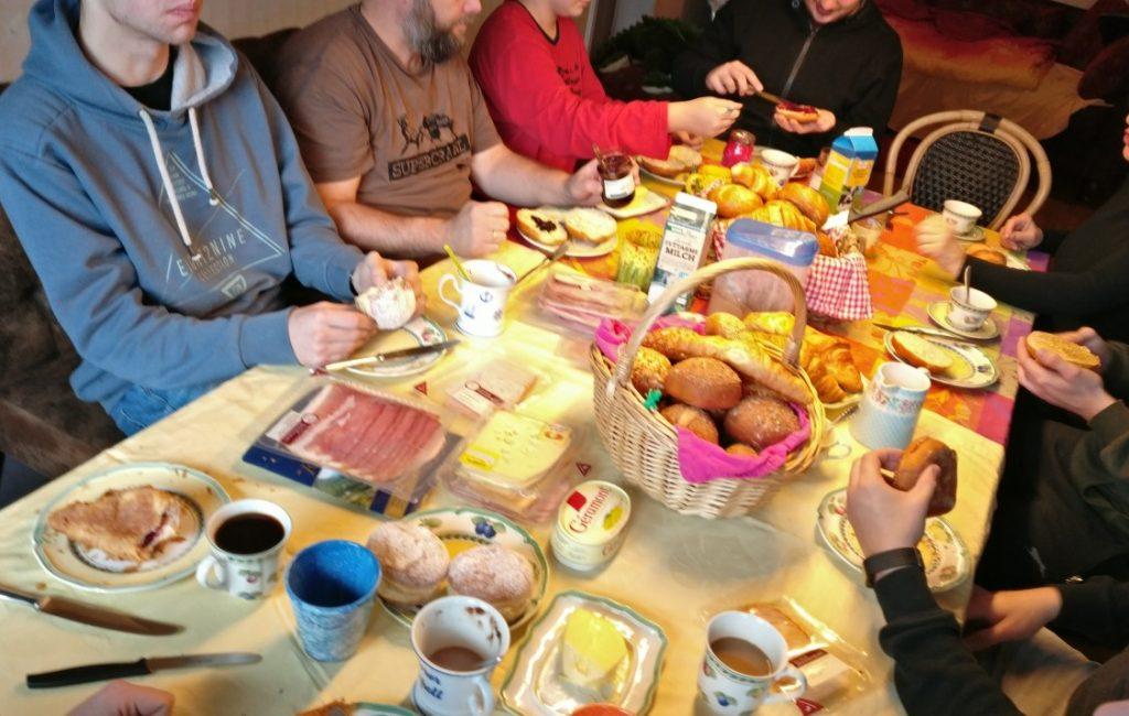 Das Frühstück nahm fast französische Dimensionen an. Aber nach knapp zwei Stunden sind die Mägen voll und die Stimmung ganz oben.