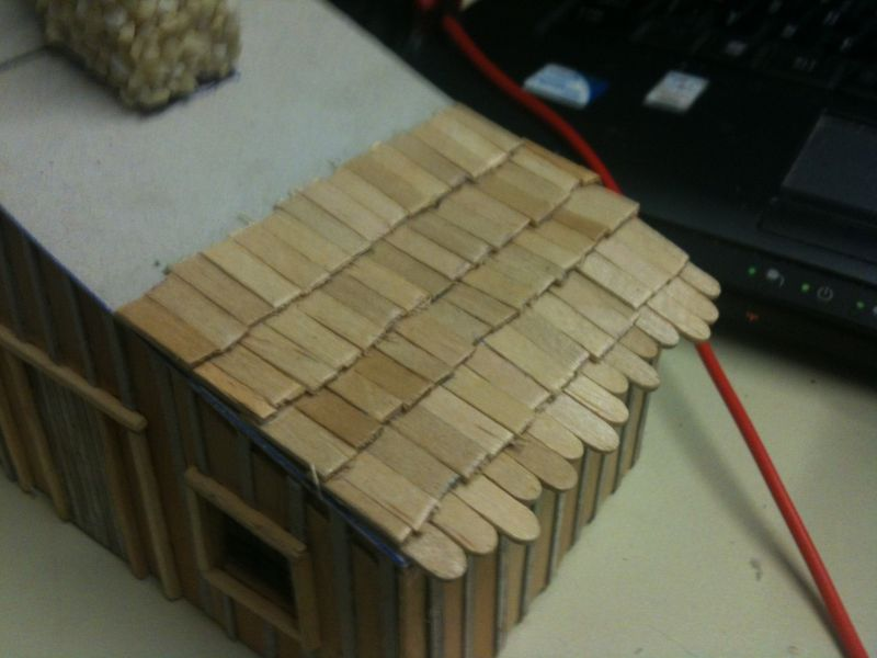 Das Dach wird gedeckt. Es werden sehr viele Schindeln aus alten Holzspateln benötigt.