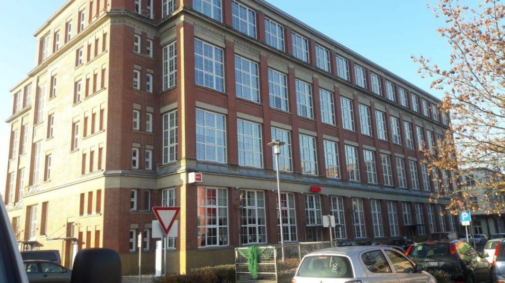 Für die Industriegebäude sucht sich Dominic als Vorlage reale Gebäude wie dieses hier und das auf dem Titelfoto von heute.