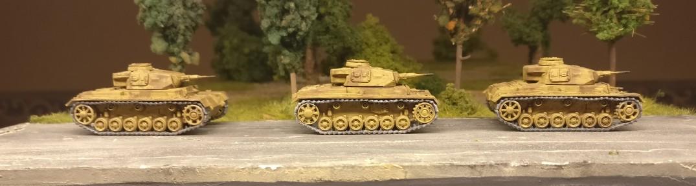 Drei dunkelgelbe Panzer III aus dem Set 15mm WW2 German Panzer III Ausf J, L, M, N von PSC