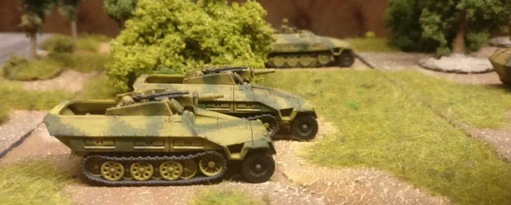 Zwo Sd.Kfz. 251/9 mittlerer Kanonenpanzerwagen mit 7,5cm Stummel  aus dem Set 15mm WW2 German SdKfz 251 Ausf C Halftrack von PSC.