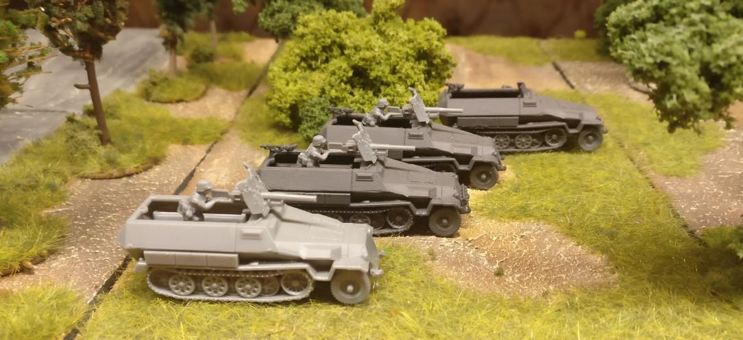 Mehrere Sd.Kfz. 250/10 – leichter Schützenpanzerwagen mit einer 3,7-cm-PaK 36 L/45 und ein Sd.Kfz. 251/1 - alle aus dem Set 15mm WW2 German SdKfz 251 Ausf C Halftrack von PSC.