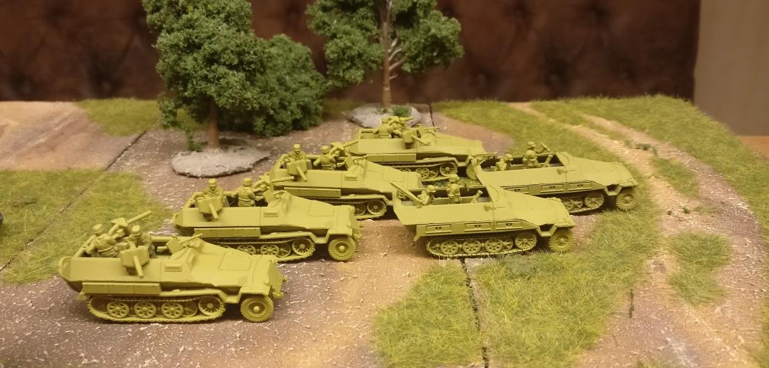 Zwo Schützenpanzerwagen Sd.Kfz. 251/2 mit 81mm Granatwerfer und vier 251/16 Mittlerer Flammpanzerwagen mit zwei 1,4-cm-Flammwerfern 42 aus dem Set 15mm WW2 German SdKfz 251 Ausf C Halftrack von PSC.