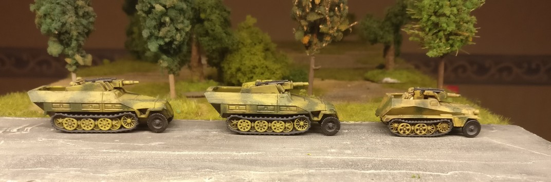 """Nochmal ein paar Sd.Kfz. 251/9 mittlerer Kanonenpanzerwagen   mit 7,5cm Stummel (auch ein Sd.Kfz. 250/8 – leichter Schützenpanzerwagen (""""Kanonenwagen"""") mit einer 7,5-cm-Kampfwagenkanone 37 ist darunter) aus dem Set 15mm WW2 German SdKfz 251 Ausf C Halftrack von PSC."""