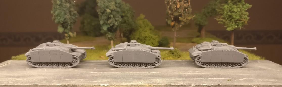 Drei StuG III aus dem Set 15mm WW2 German Stug III Ausf F8/G Assault Gun von PSC