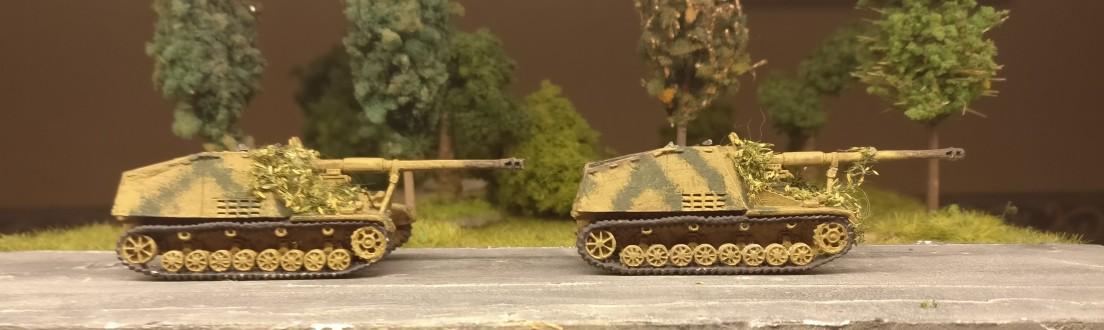 """Zwei Jagdpanzer 8,8-cm-PaK 43/1 (L/71) auf Geschützwagen III/IV (Sf) mit dem Beinamen """"Hornisse/Nashorn"""" aus dem Set Flames of War GE: Hornisse"""