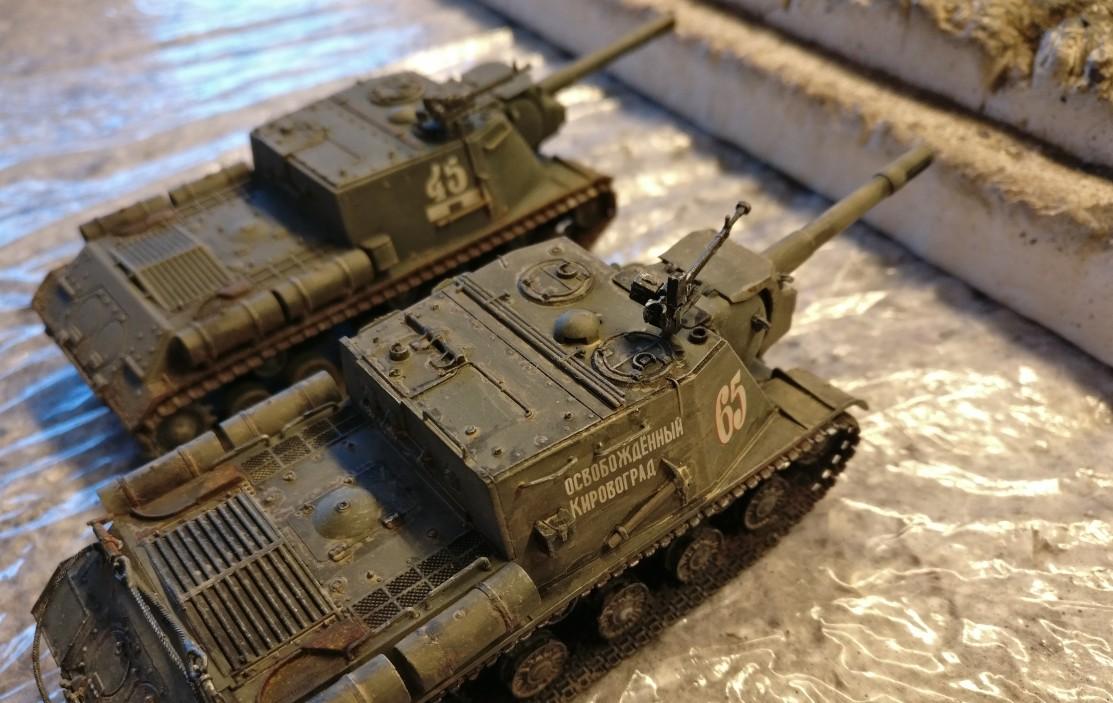 Zwei ISU 152 stehen da vor der Panzerhalle herum.