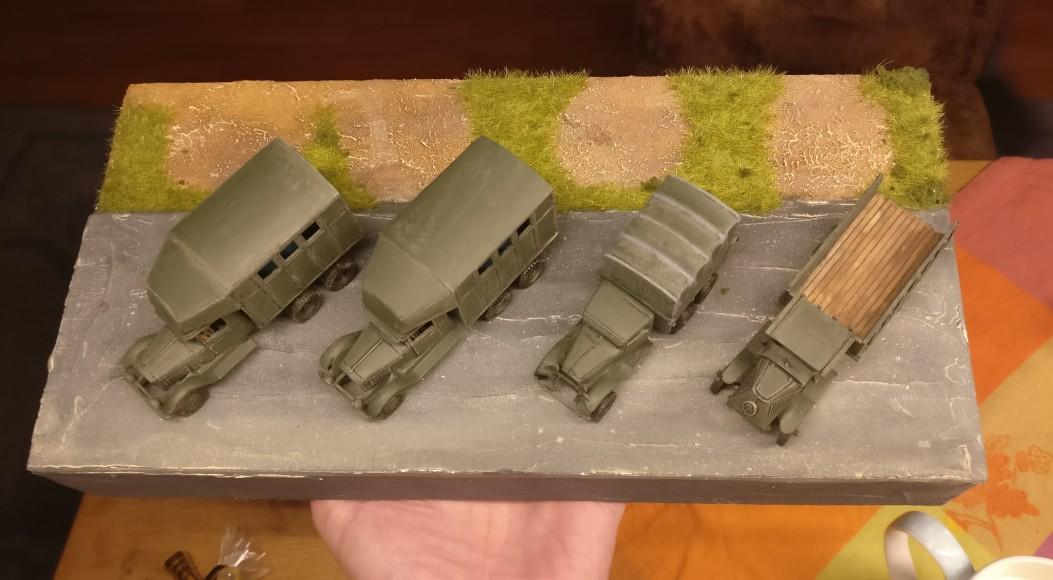 Die PARM-2 und der GAZ-MMM und der WK1-Truck wurden bereits mit der Bronzegrün bemalt. Hier ist man schon weit.