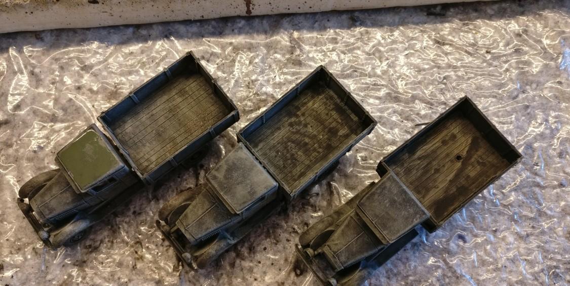 Hier wurden die drei ZIS-5V mit Helloliv trockengebürstet und der ganz links stehende wurde am Dach des Führerhauses mit Bronzegrün behandelt.