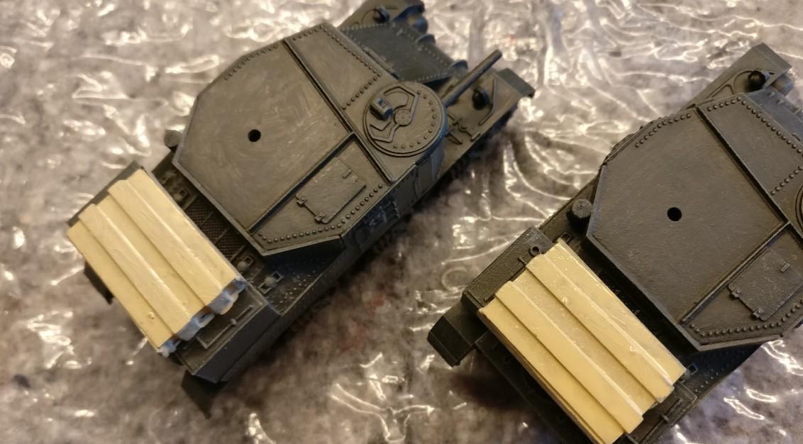 Die Grundierung der Holzkisten auf dem Buckel der Airfix M3 Grant Tanks