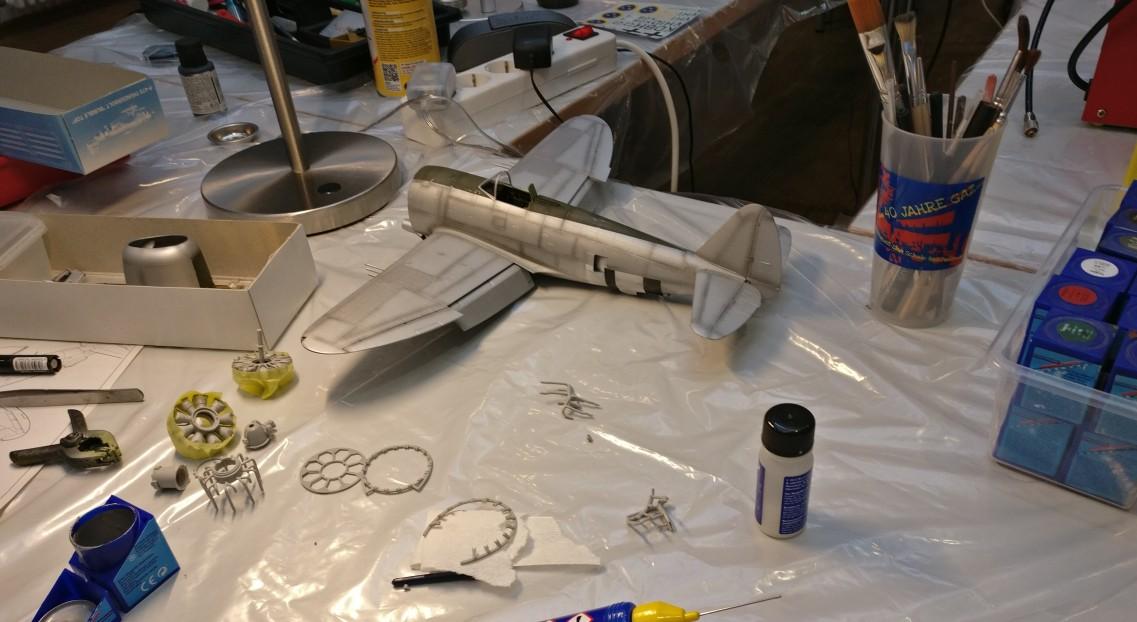 Auch mit von der Partie: das Finishen eines bereits begonnenen und herzallerliebst geratenen Flugzeugmodells.