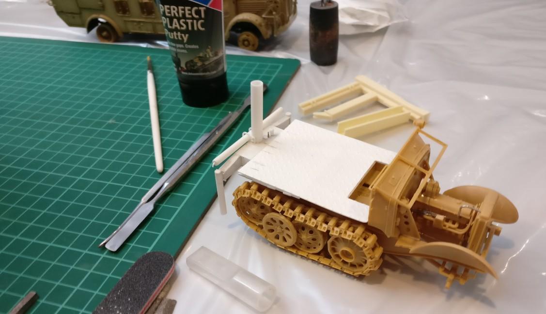Ein Scratch-Built vom Kai: ein Halbkettenfahrzeug, das nach dem Krieg zu Forstarbeiten eingesetzt wurde. Es basiert tatsächlich auf dem Hanomag-Halbketten-Fahrzeug und weist ein stark verkürztes Schachtellaufwerk auf.