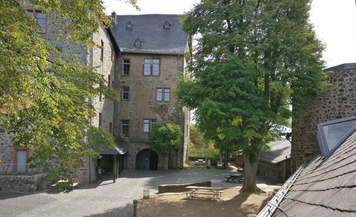 Hier mal ein Blick in den Burginnenhof. Wäre man nicht so mit dem Hobby in Beschlag genommen worden, hätte man sich hier sicher mal umtun können.