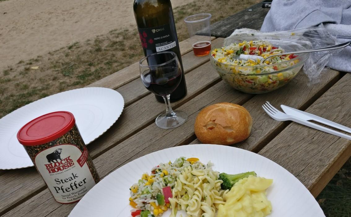 Bei Tisch: man musste das Fleisch nicht trocken reinfuttern. Bei einem (sehr) guten Tropfen fiel uns das Genießen leicht.