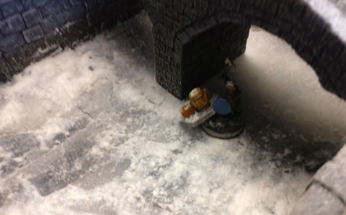 Der sicherste Weg führt nach Meinung des Sturmi über den Fluss. Man springt über die Brücke und taucht erstmal ab. So entkommt man den Ungeheuern und Monstern und entzieht sich auch dem Beschuss der feindlichen Fernkämpfer und Magier. Man zahlt zwar mehrere Lebenspunkte für den Sturz bzw. Sprung, doch sind damit alle Risiken für den Rest der Anwesenheit auf der Spielplatte entfernt. Frostgrave auf dem Tag der offenen Tür des Civitas Mattiacorum in Wiesbaden.