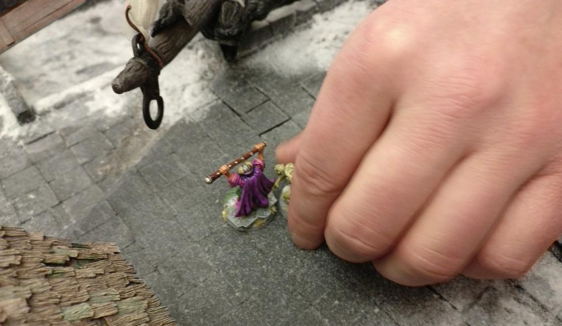 Ein Ghoul hat den Magier meines Spielpartners gestellt. Seine Kräfte sollten jedoch nicht ausreichen, den Zauberer zu besiegen. Frostgrave auf dem Tag der offenen Tür des Civitas Mattiacorum in Wiesbaden.